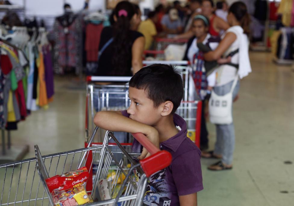 Dân xếp hàng dài mua nhu yếu phẩm ở Venezuela - 15