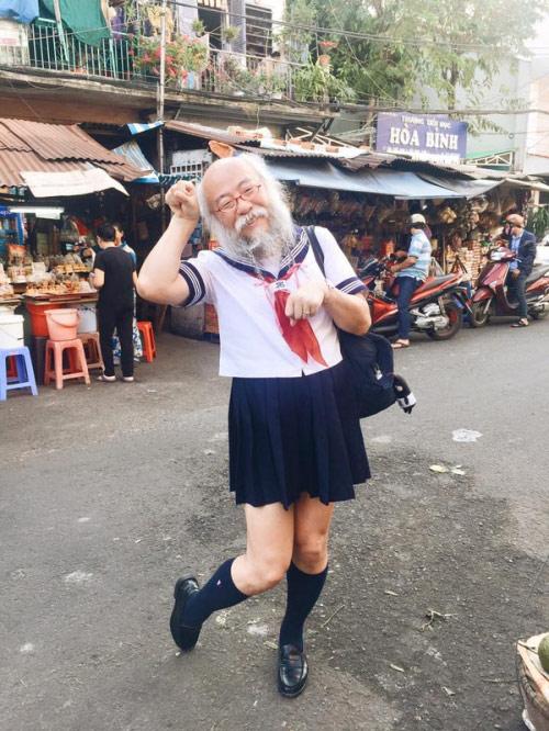 Cụ ông mặc váy xuất hiện giữa Sài Gòn gây xôn xao - 3