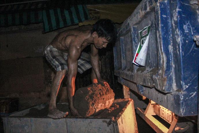 Cơ cực nghề... đào móng xuyên đêm - 3