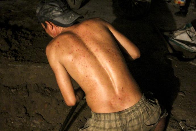 Cơ cực nghề... đào móng xuyên đêm - 4