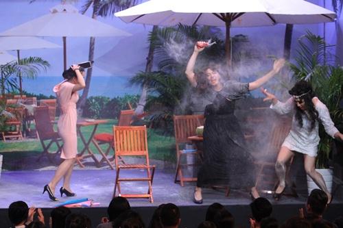 Trấn Thành, Ngô Kiến Huy mặc váy 'choảng' nhau tơi tả - 3