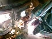 Tin tức trong ngày - Tông trực diện đầu xe tải, 4 người trên ô tô nhập viện