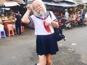 Bạn trẻ - Cuộc sống - Cụ ông mặc váy xuất hiện giữa Sài Gòn gây xôn xao