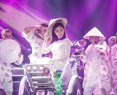 Hương Tràm được trai lạ hộ tống xem 'The Remix' - 6