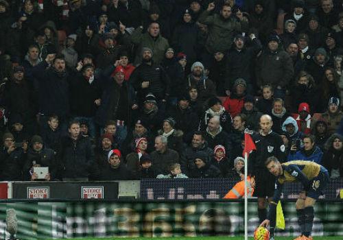 """HLV Wenger nổi điên trước """"đội bóng rugby"""" Stoke - 2"""