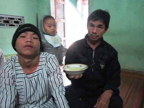 Xót xa vợ chồng già nuôi 3 con bị chất độc màu da cam - 2
