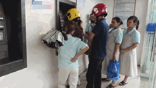 Lo quá tải ATM, mang tiền đến nhà máy trả lương - 1