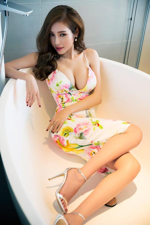 Elly Trần khoe đường cong nóng bỏng sau sinh 2 tháng - 1