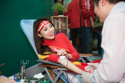 Kỳ Duyên, Huyền My diện áo dài đi hiến máu đầu năm - 12