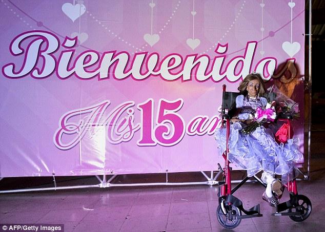 Sinh nhật xúc động của bé gái 15 tuổi trong hình hài bà lão 90 - 1