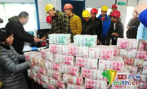 """Đại gia xây dựng thưởng tết cả """"núi"""" tiền cho công nhân - 2"""