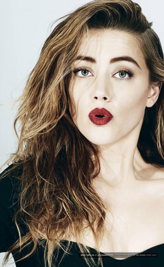 """Amber Heard gây ấn tượng bằng vẻ đẹp cổ điển và sang trọng. Đằng sau nhan sắc  """" mê lòng người """"  này, bà xã Johnny Depp không quá cầu kỳ trong khâu làm đẹp. Tập thể dục, luôn cố gắng thư thái đầu óc và tập trung vào khâu dưỡng ẩm chính là chìa khóa của mỹ nhân sinh năm 1986"""