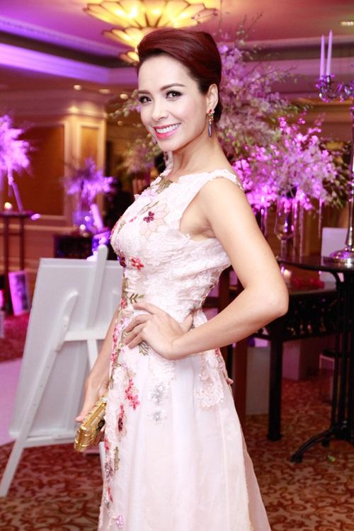 Thúy Hạnh 'đụng' phong cách với cô dâu Trang Nhung - 2