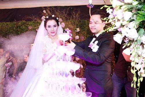 Con gái Trang Nhung lần đầu lộ diện trong tiệc cưới - 5