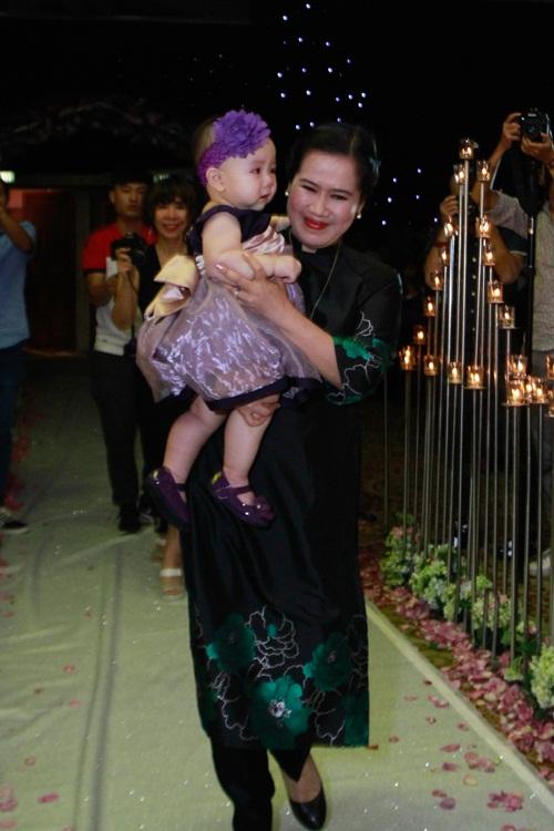 Con gái Trang Nhung lần đầu lộ diện trong tiệc cưới - 6