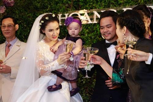 Con gái Trang Nhung lần đầu lộ diện trong tiệc cưới - 8