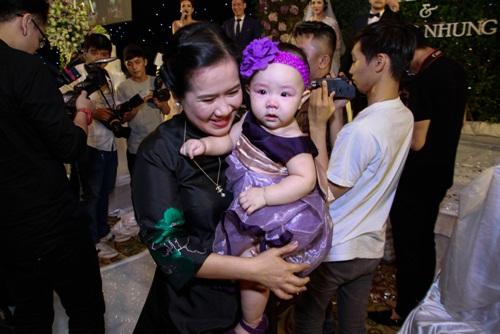 Con gái Trang Nhung lần đầu lộ diện trong tiệc cưới - 9