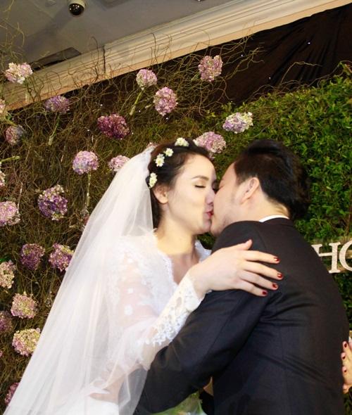 Con gái Trang Nhung lần đầu lộ diện trong tiệc cưới - 11