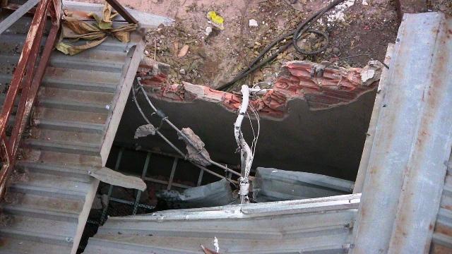 Giàn ép cọc bê tông đổ vào ngân hàng, nhiều người tháo chạy - 1