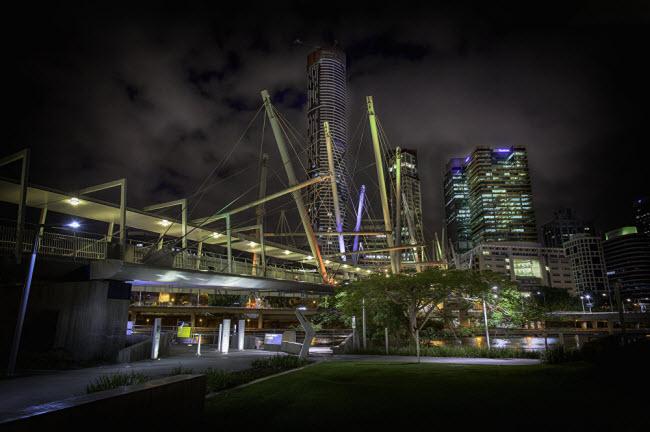 Cây cầu Kurilpa bắc qua sông Brisbane tại thành phố Brisbane, Australia.