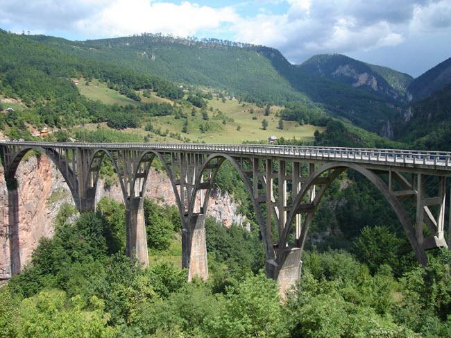 Vẻ hùng vĩ của cây cầu Đurđevića Tara bắc qua sông Tara gần thành phố  & nbsp;Žabljak, Montenegro.