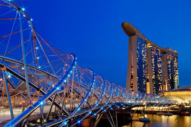 Cây cầu Helix ở  Singapore gây ấn tượng với kiểu dáng thiết kế giống như một chuỗi DNA.