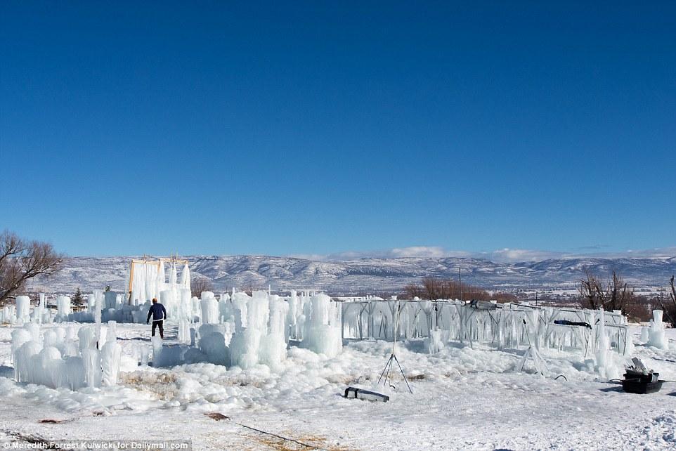 Lâu đài khổng lồ làm từ 12 tấn băng - 1