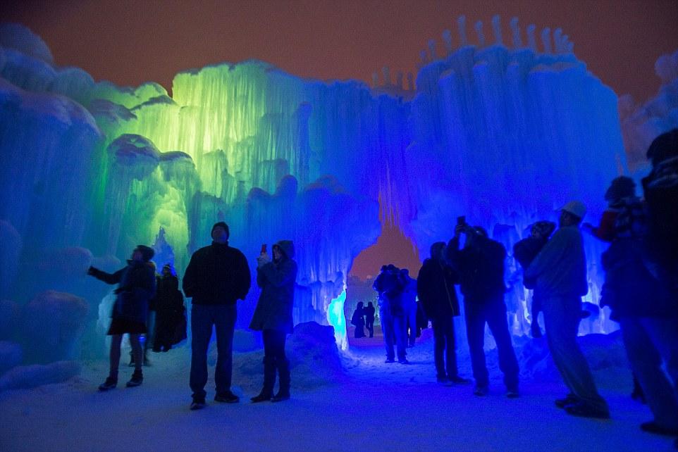 Lâu đài khổng lồ làm từ 12 tấn băng - 8