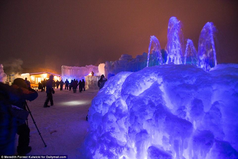 Lâu đài khổng lồ làm từ 12 tấn băng - 11