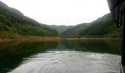 """Bí ẩn """"thủy quái"""" dưới đáy hồ chưa một lần cạn nước - 1"""