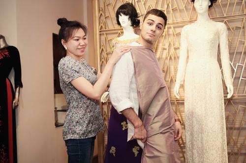 Jennifer Phạm dẫn bạn nhảy Tây đi may áo dài diện tết - 4