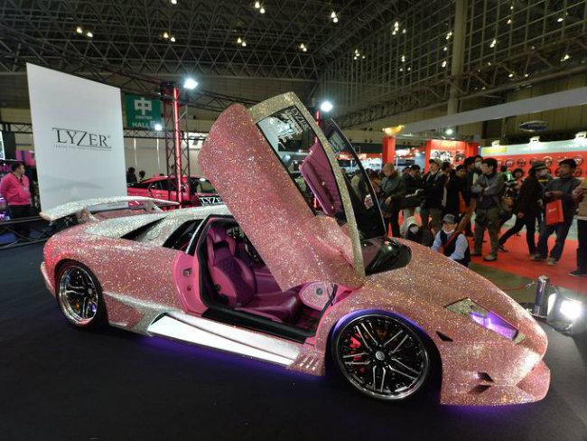 Chiếc Lamborghini Murcielago được đính hạt pha lê màu hồng.
