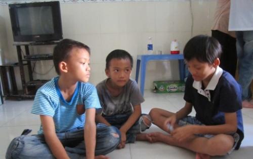 4 con bị mẹ bỏ từ bé và căn nhà trống không cha - 2