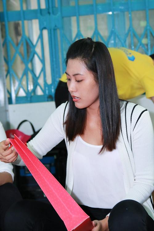 Phạm Hương giản dị vẫn rạng ngời khi đi từ thiện - 12