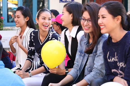 Phạm Hương giản dị vẫn rạng ngời khi đi từ thiện - 9