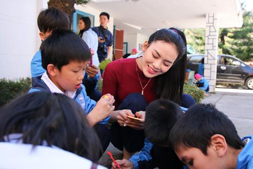 Phạm Hương giản dị vẫn rạng ngời khi đi từ thiện - 10