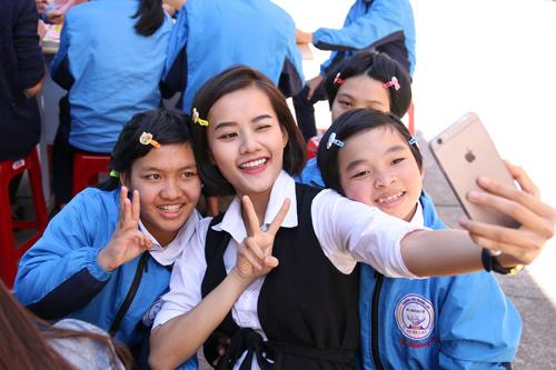 Phạm Hương giản dị vẫn rạng ngời khi đi từ thiện - 11