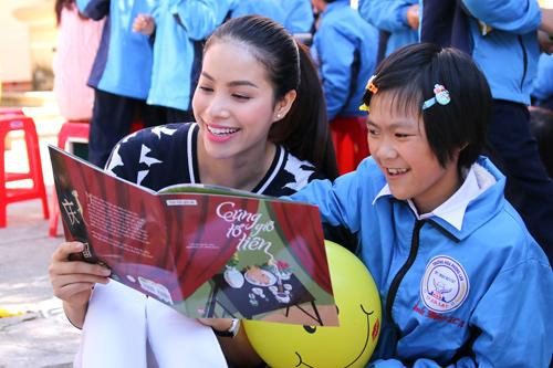 Phạm Hương giản dị vẫn rạng ngời khi đi từ thiện - 3