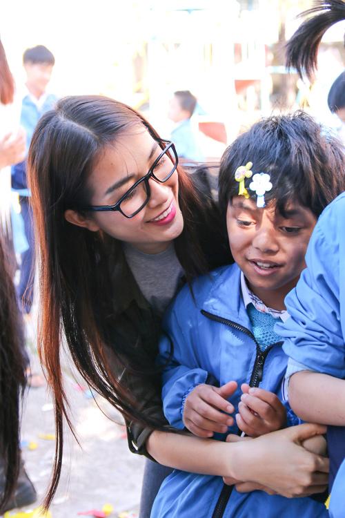 Phạm Hương giản dị vẫn rạng ngời khi đi từ thiện - 8