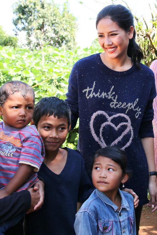 Phạm Hương giản dị vẫn rạng ngời khi đi từ thiện - 7