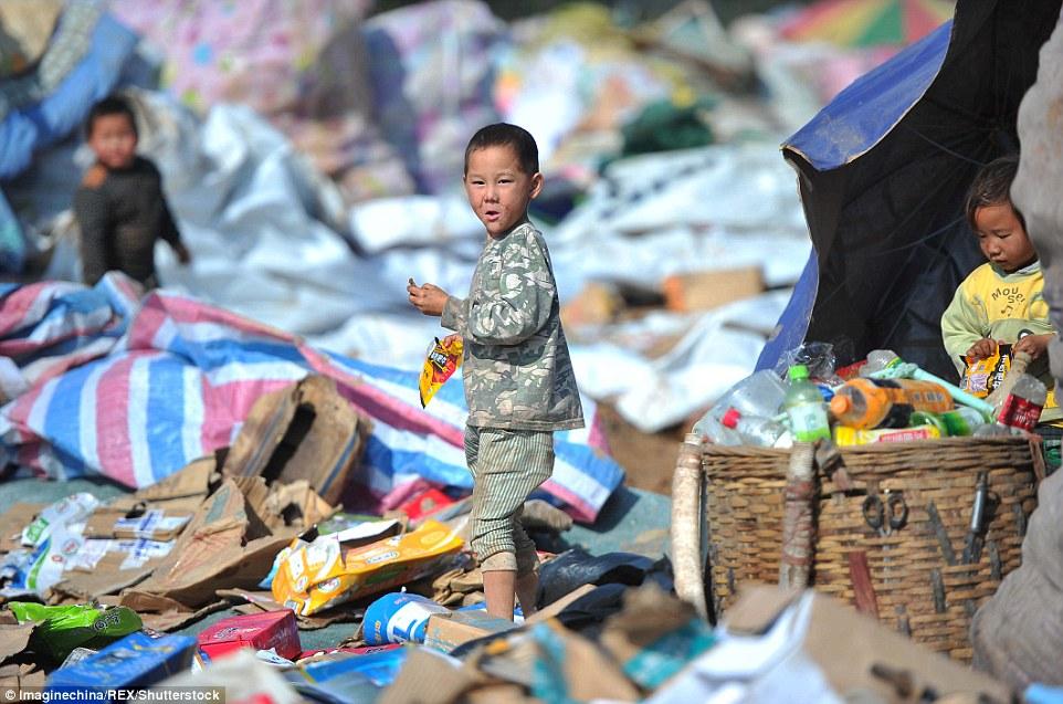 Ảnh: Những em bé chân trần giữa bãi rác ở TQ - 1