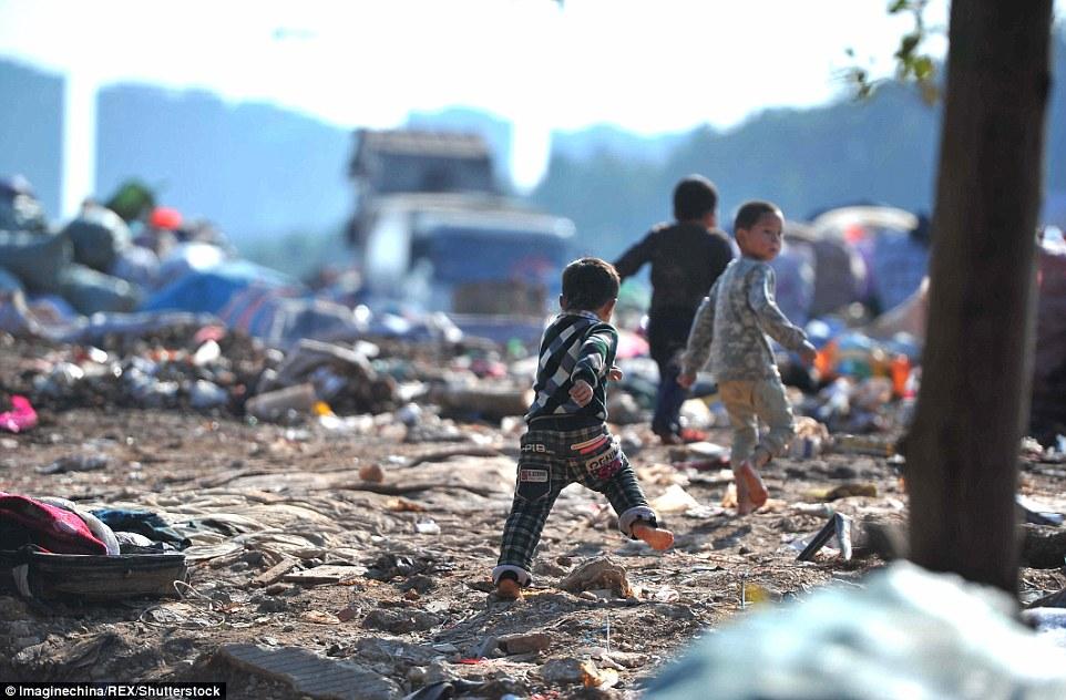 Ảnh: Những em bé chân trần giữa bãi rác ở TQ - 3