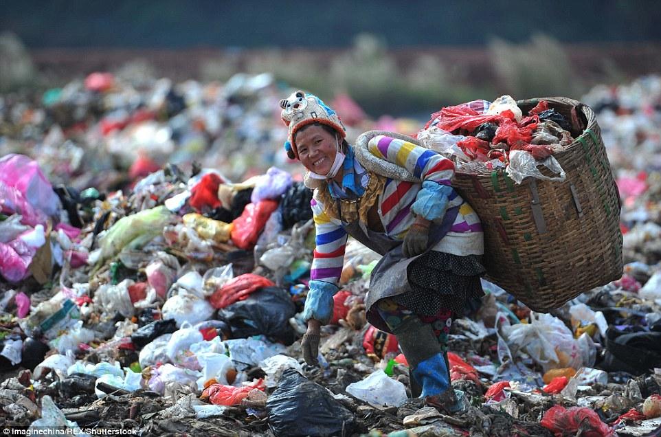 Ảnh: Những em bé chân trần giữa bãi rác ở TQ - 4