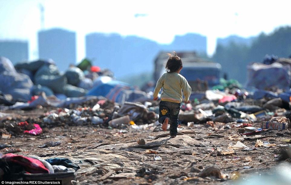 Ảnh: Những em bé chân trần giữa bãi rác ở TQ - 8