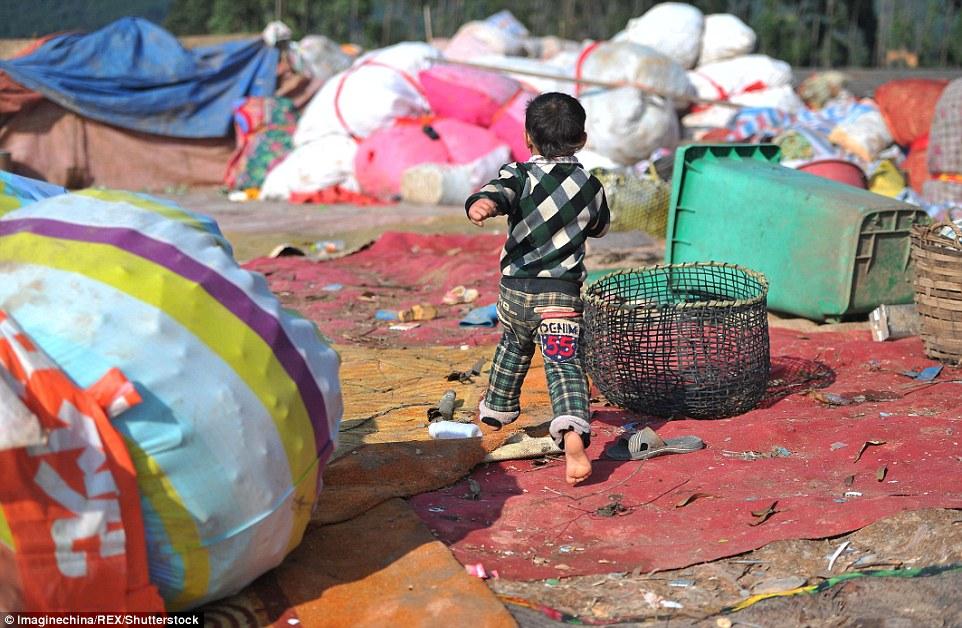 Ảnh: Những em bé chân trần giữa bãi rác ở TQ - 11