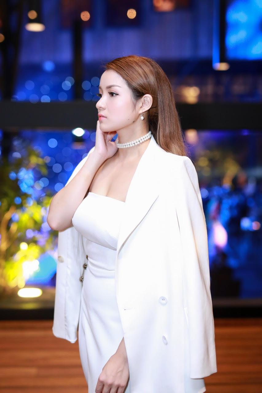 Thủy Top khoe dáng quyến rũ với váy quây trắng - 1