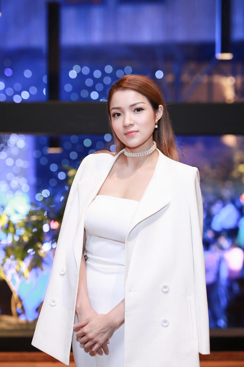 Thủy Top khoe dáng quyến rũ với váy quây trắng - 2