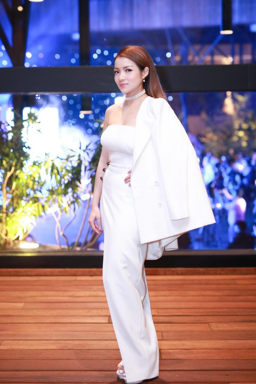 Thủy Top khoe dáng quyến rũ với váy quây trắng - 3