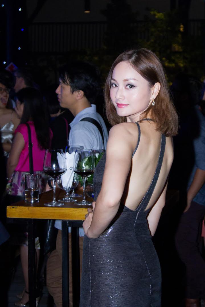 Thủy Top khoe dáng quyến rũ với váy quây trắng - 4