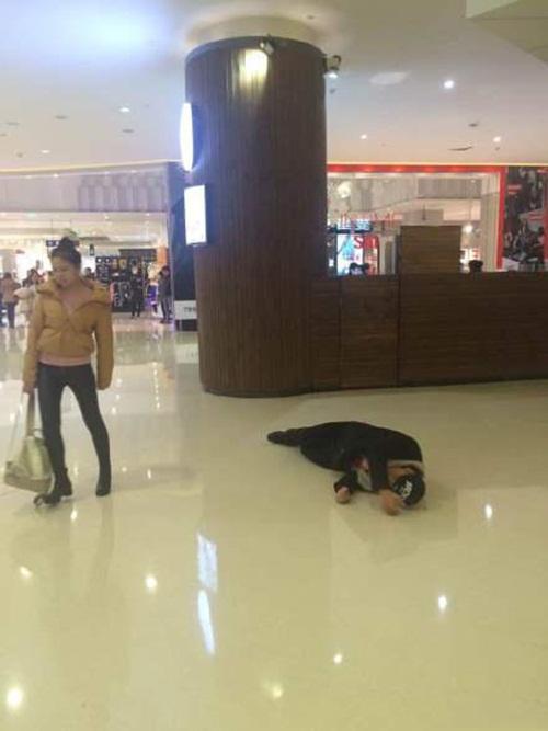 Chàng trai lăn lộn xin lỗi bạn gái giữa chốn đông người - 5